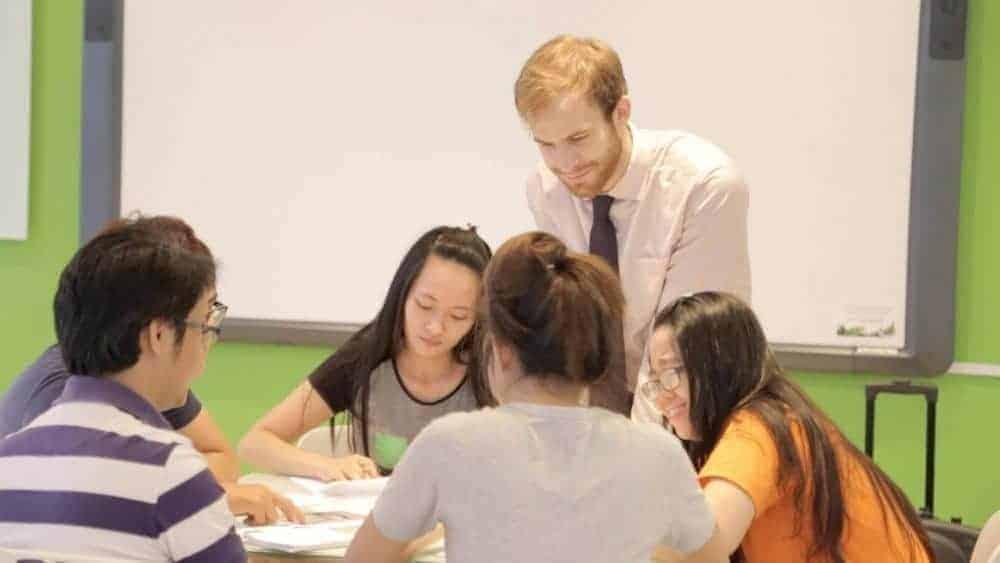 Nhiều người nước ngoài ở lại Việt Nam mưu sinh bằng nghề dạy tiếng Anh