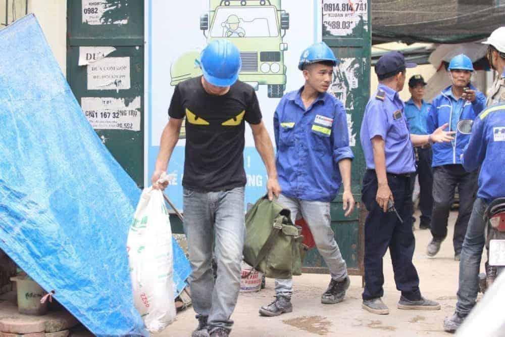 Nhiều công nhân phải rời khỏi tòa nhà đang thi công trên phố Lương Yên.
