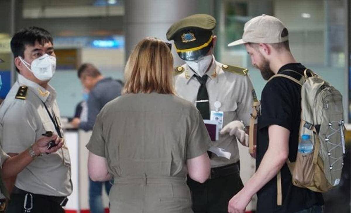 Điều kiện bổ sung đối với du khách nhập cảnh Việt Nam