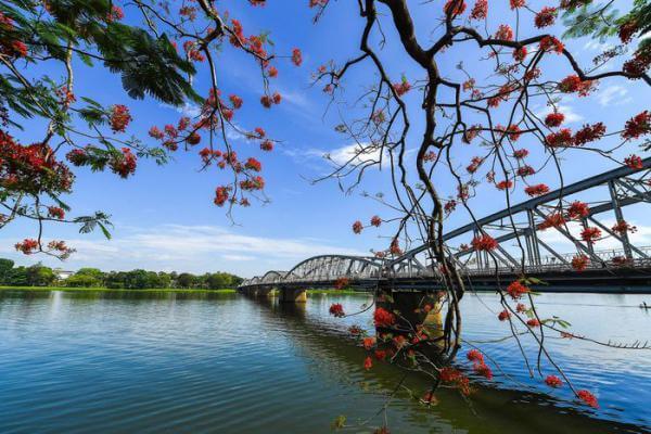 Phân tích Ai đặt tên cho dòng sông của Hoàng Phủ Ngọc Tường